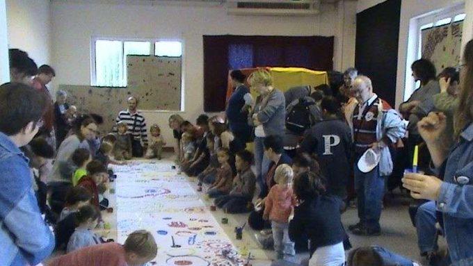 pbune-trentaine-d-enfants-ont-peint-a-la-maniere-d-herve-tullet-auteur-illustrateur-de-livres-jeunesse-bphoto-cl-p.jpg